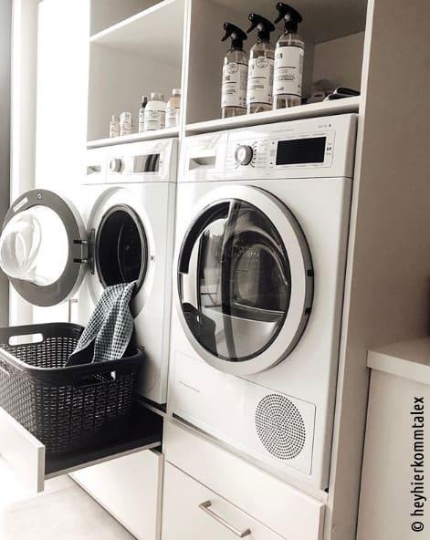 Trockner und Waschmaschine wurden hier etwas höher in einen Schrank eingebaut