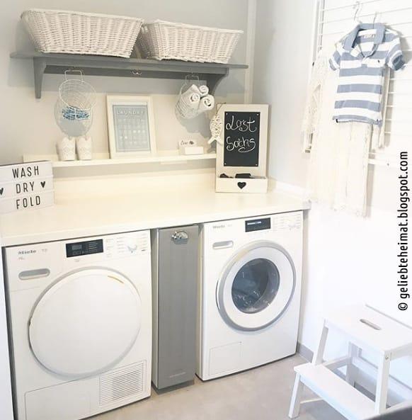 Für mehr Abstellfläche sorgt eine Arbeitsplatte über den Waschgeräten
