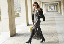 In der Übergangszeit am besten Stiefel zum leichten Kleid kombinieren